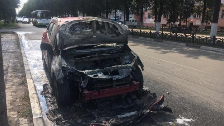 Огнетушители не помогли: в Ярославле на ходу загорелся автомобиль