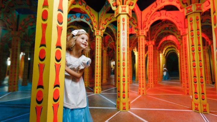 Детей— на тропический остров и в зеркальный лабиринт: каникулы, которые долго не забудешь