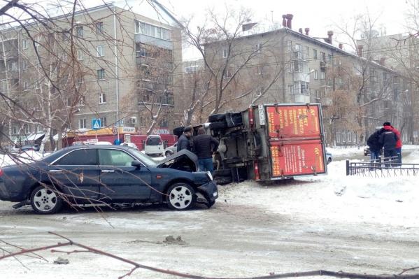 От удара грузовик завалился на бок