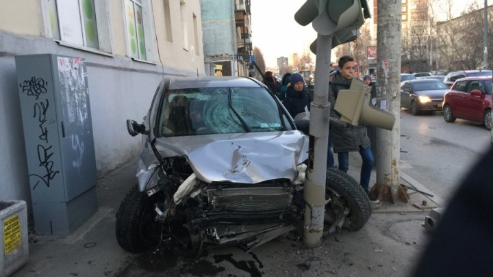 Водителю, сбившему трех человек на Фурманова, продлили арест