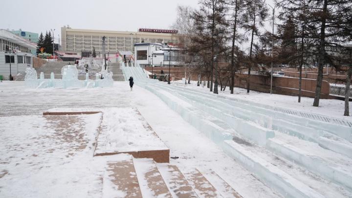Самую длинную ледяную горку в Красноярске сделали на Театральной площади