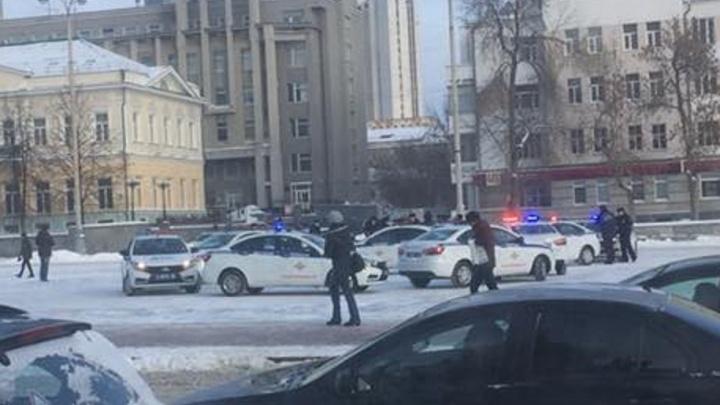 Утром полицейские перекрыли парковку на площади 1905 года, чтобы снять поздравление к 8 Марта