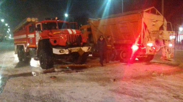 В Тюмени пожарный автомобиль попал в ДТП с грузовиком