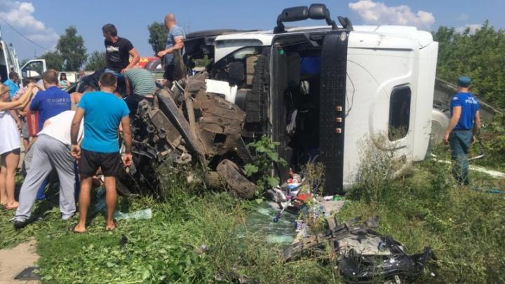 В Воронежской области автоцистерна столкнулась с внедорожником — двое погибших