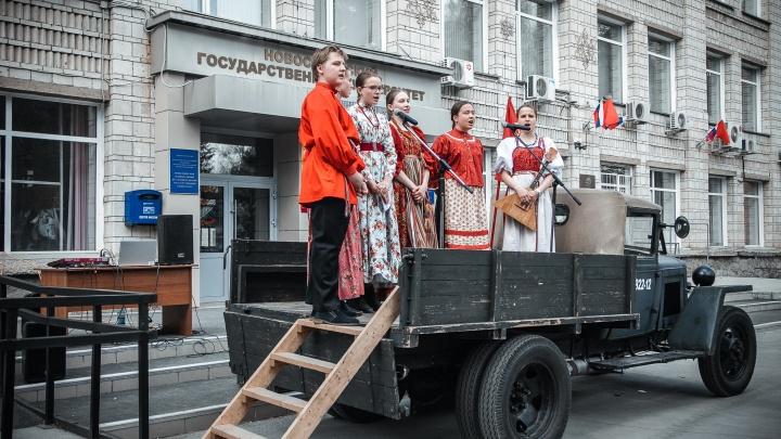 Жители Академгородка спели военные песни с грузовика и устроили ретро-дефиле в винтажных платьях