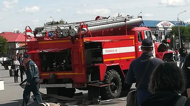 Пассажирам не дали забрать вещи. Из тюменского аэропорта эвакуировали всех посетителей и сотрудников