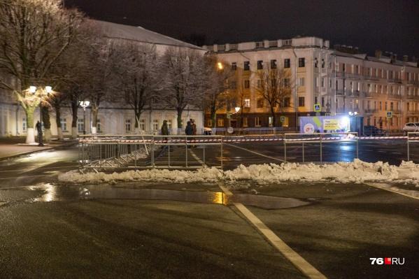 На Советской площади Ярославля начали строить каток