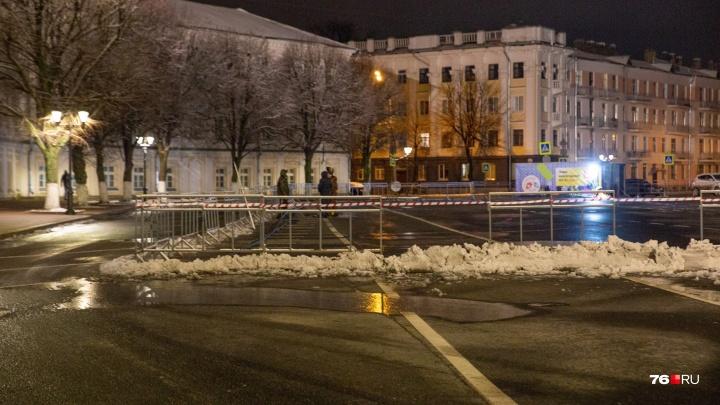 В Ярославле начали строить каток на Советской площади