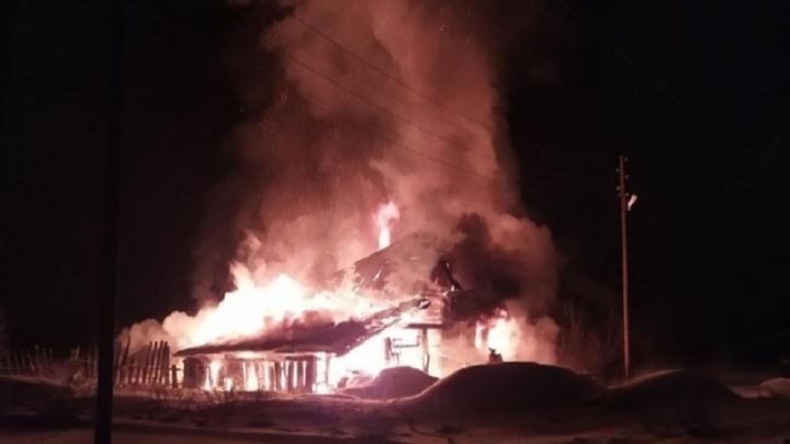 Жена выбралась через окно. В Прикамье при пожаре в частном доме погиб мужчина