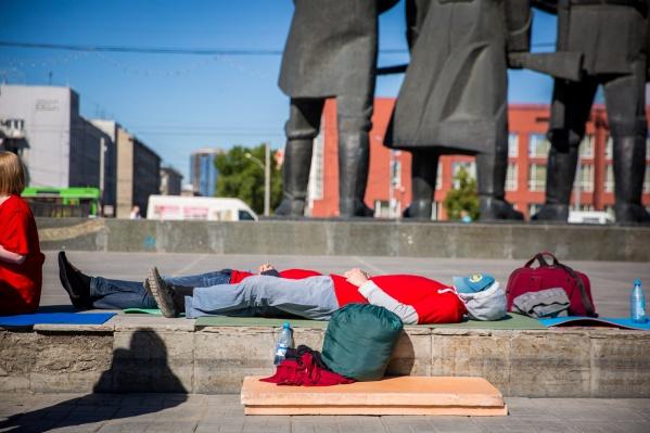 Участники голодовки легли возле памятника Ленину