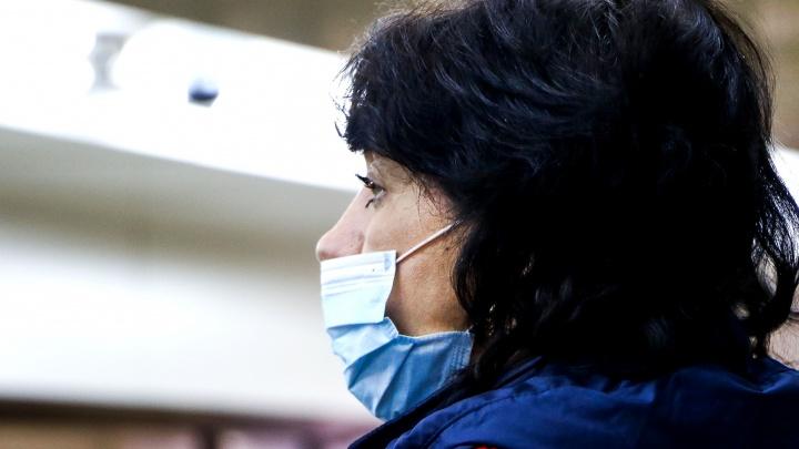 «Не больше 5 штук в сутки»: напуганные гриппом и коронавирусом нижегородцы массово скупают маски