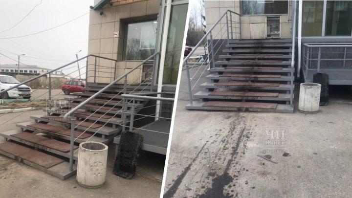 Упрямый водитель пытался заехать по лестнице на крыльцо Сбербанка