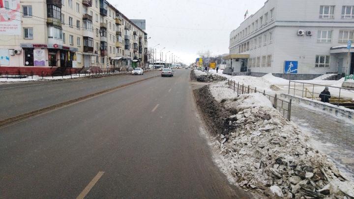 В мэрии попытались объяснить, почему с некоторых улиц Омска не вывозят снег