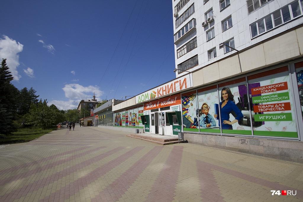 Из-за высокой аренды книжный магазин сначала сократил площади, а сейчас его и вовсе попросили освободить помещение