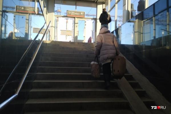 Женщина так спешила к поезду, что не заметила неровность на поверхности платформы. В итоге она запнулась и рухнула лицом вниз