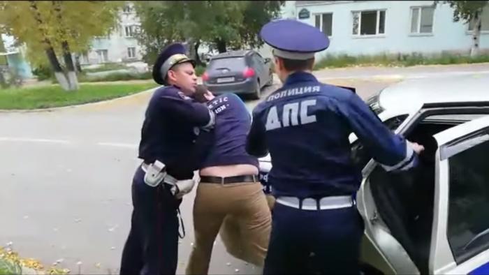 Сотрудники ДПС достаточно грубо задерживали мужчину