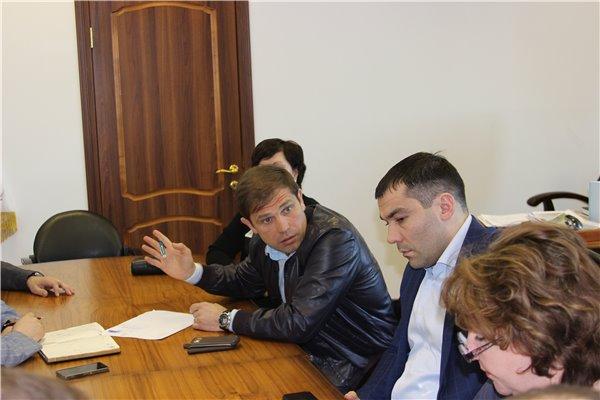 Экс-депутата (на фото он в кожаном пиджаке) освободили под залог в 100 тысяч лари