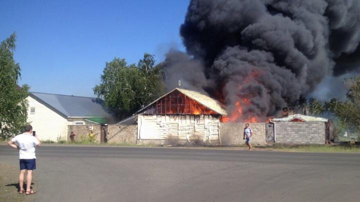 Существует угроза распространения: на Банном под Магнитогорском загорелись частные дома