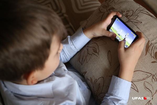 Телефон с доступом в Сеть мешает и отвлекает на уроках, да и дома чаду интернет лучше дозировать