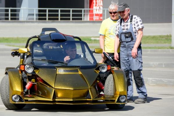 Трайк, или трицикл — трёхколесное транспортное средство. У этого T-Rex, созданного Олегом Липиным, два колеса впереди, одно — сзади. Бывает и наоборот