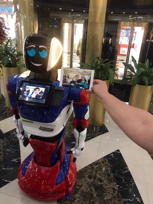 В Академгородке появился необычный робот-администратор