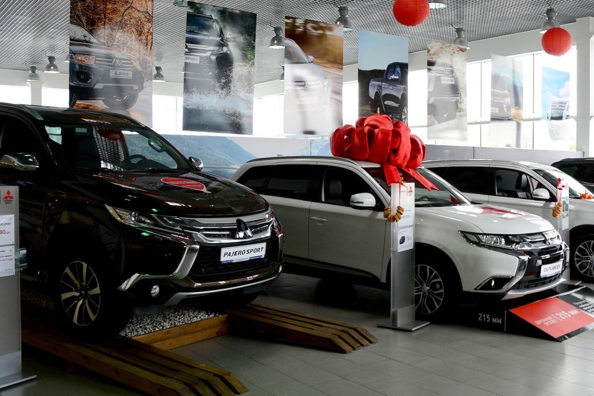 С 29 декабря Mitsubishi Pajero Sport стоит от 2,339 миллиона рублей (на машины 2017 года скидка 100 тысяч), а лидер продаж марки Outlander — от 1,659 миллиона рублей, но можно сэкономить 50 тысяч, купив дорестайлинговую версию