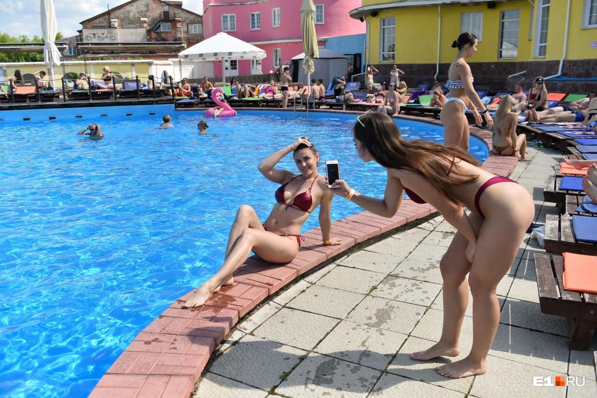 Минимум одежды, максимум обнаженного тела: как красотки ловили жаркий денек в Екатеринбурге