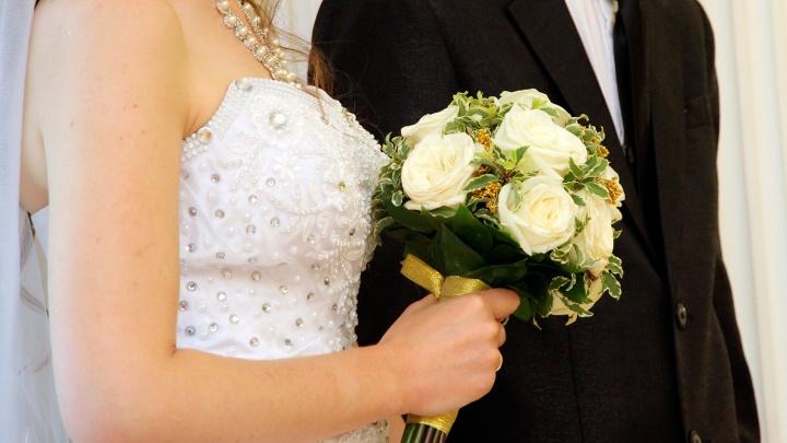 Центральный загс поженил десятки новосибирцев в красивую дату