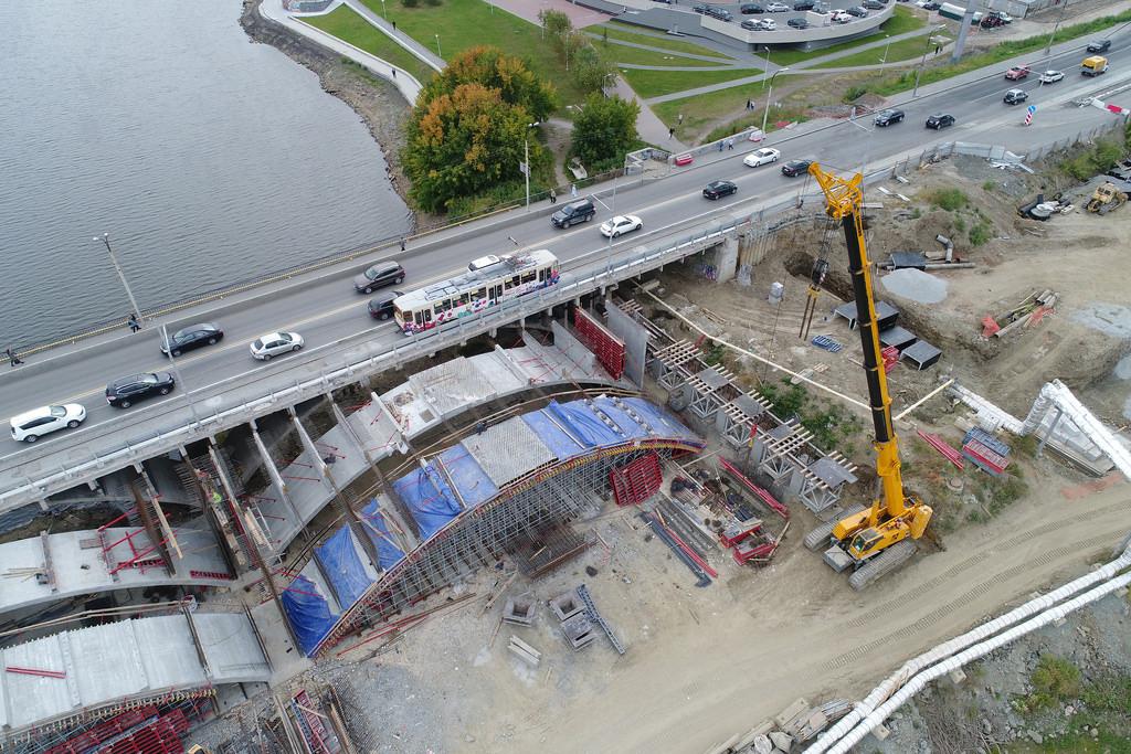 Там, где заканчиваются арки, возвели массивные колонны. Они будут служить опорой для продолжения моста над сушей