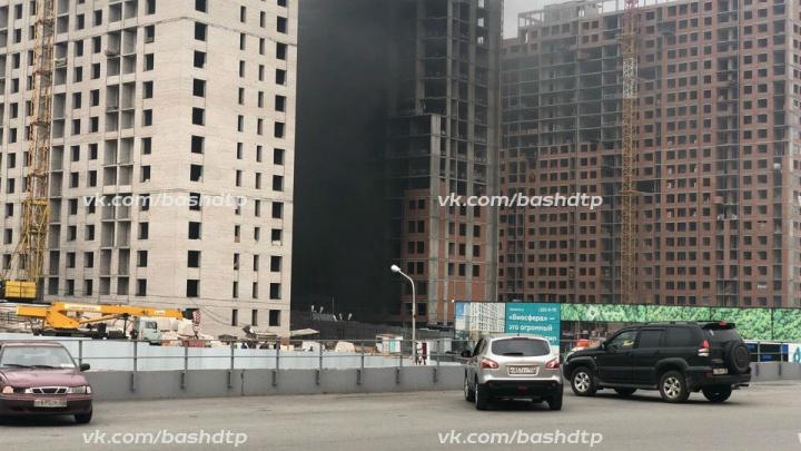В Уфе возле ТЦ «Планета» загорелся недостроенный дом