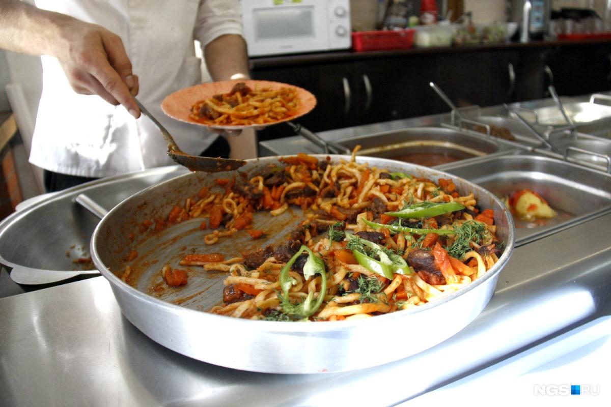 Порция жареного лагмана с мясом и овощами стоит 120 рублей