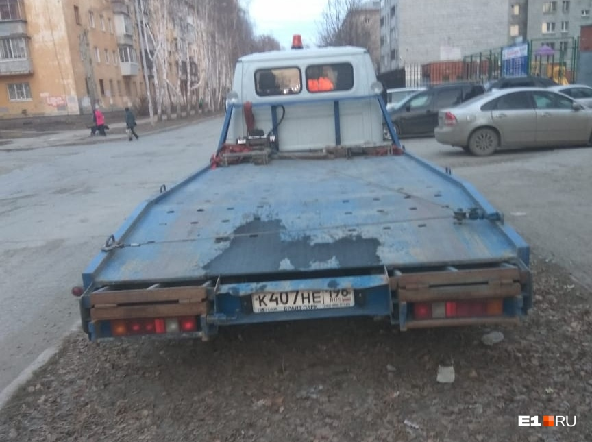 «Я паркуюсь как...»: бесполезные покрышки на газонах и собачья месть автохамам