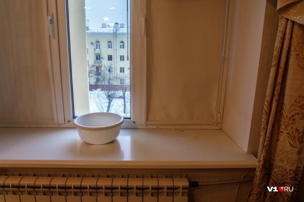 Крыша продержалась всего полгода. В январе в квартиру на верхнем этаже начала просачиваться талая вода