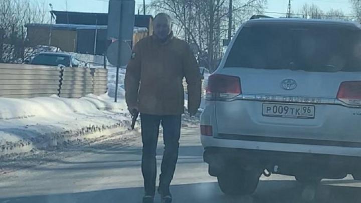 В Екатеринбурге водитель Toyota угрожал пистолетом мужчине на дороге