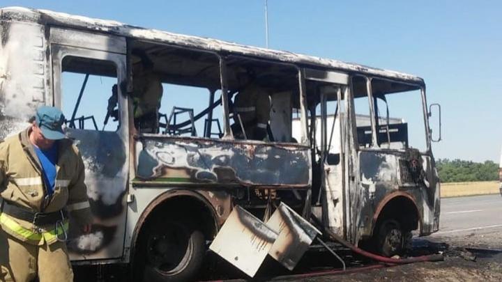 В Шахтах на ходу загорелся автобус с пассажирами
