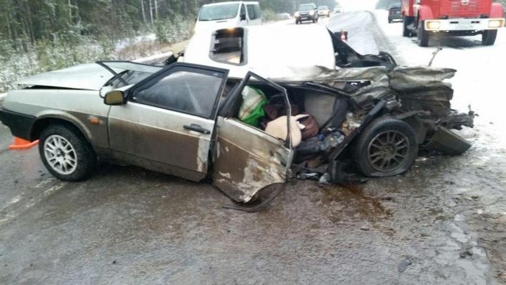 Под Берёзовским ВАЗ въехал в КамАЗ: в аварии пострадал полугодовалый малыш