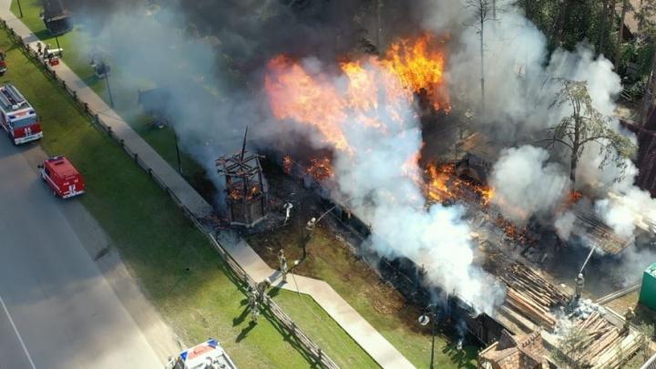 Летающая камера сняла, как пожарные тушат полыхающие «Чапаевские бани»
