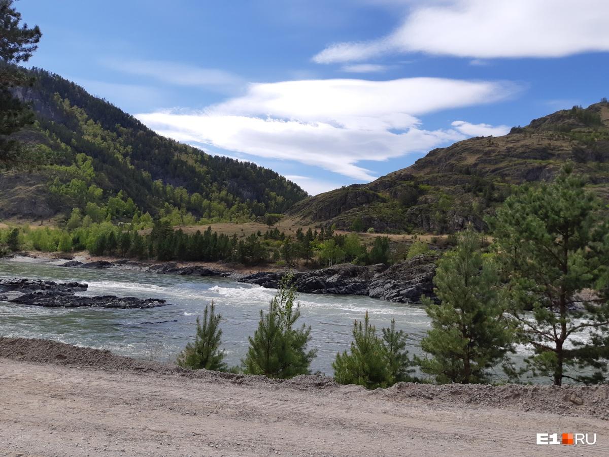 Катунь — главная река Горного Алтая. В Чемальском районе почти все побережье застроено. Но после Еланды построек все меньше и меньше