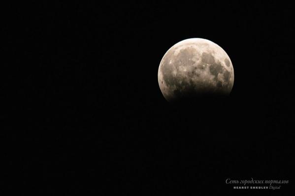 Первое лунное затмение в этом году произошло поздно вечером 31 января