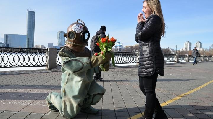 На Плотинке женщин напугал водолаз в древнем костюме и с цветами