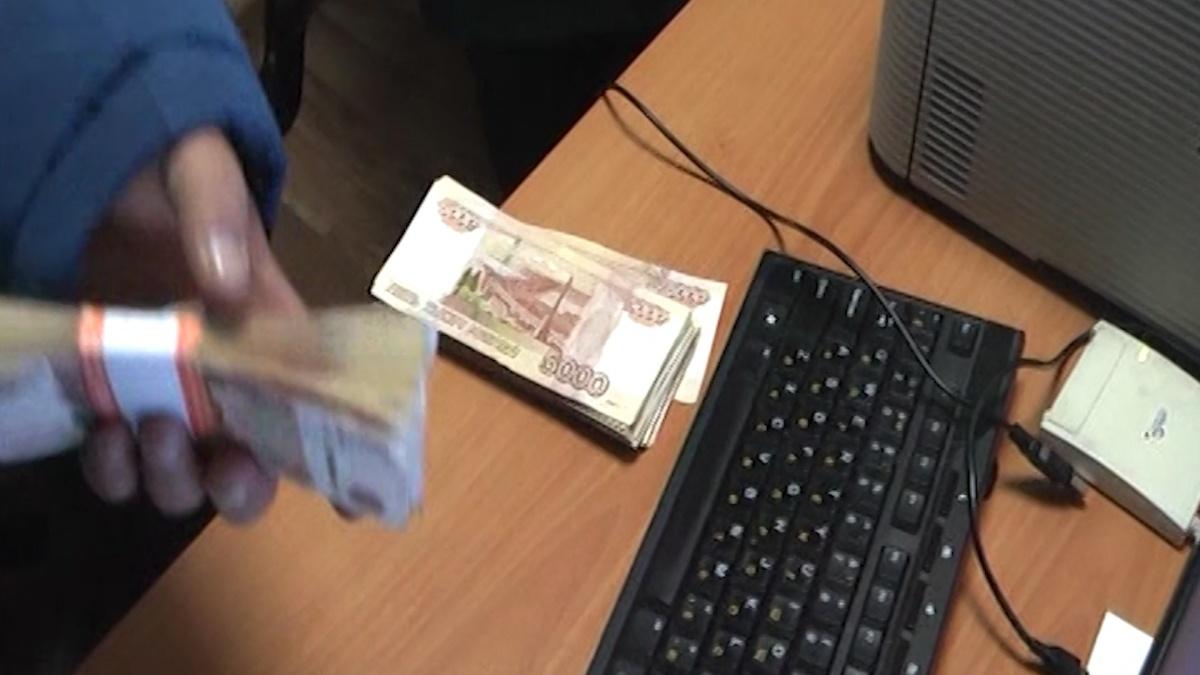 Деньги мужчина нёс в небольшой сумке на плече