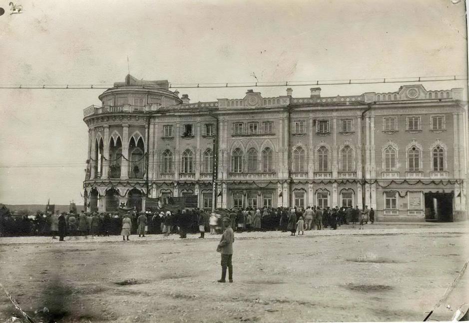 Праздничное шествие у дома Севастьянова