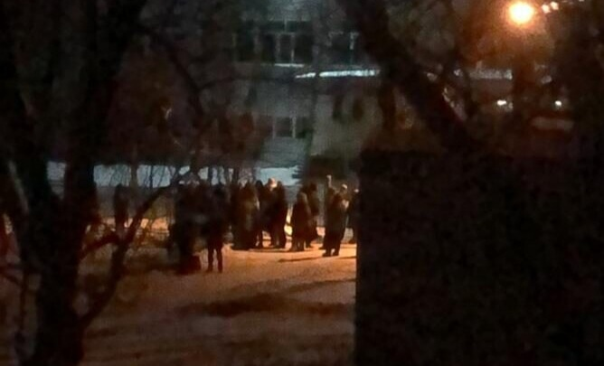 В Омске родители провели ночь в очереди на морозе, чтобы записать детей в первый класс
