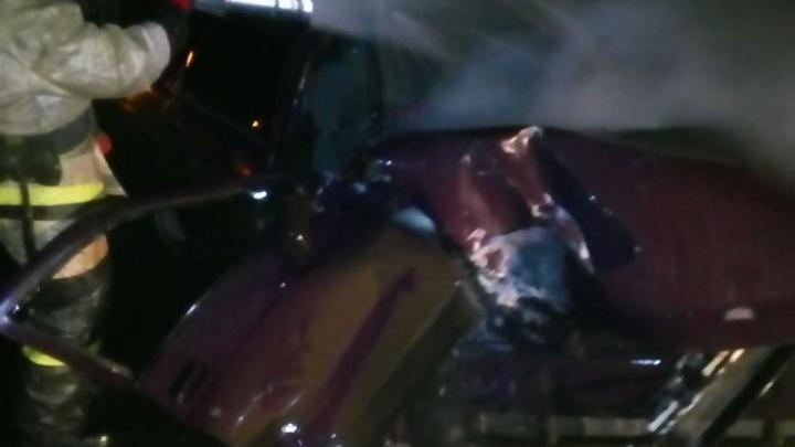 В Рыбинске в ДТП пострадал 19-летний водитель: легковушка врезалась в столб, а потом загорелась
