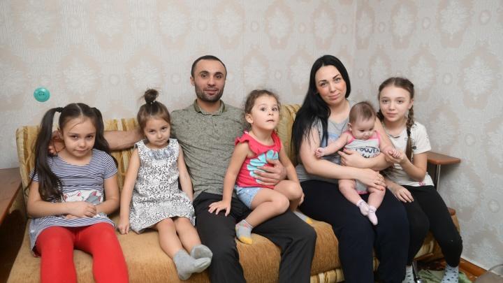 Героическая история мигранта: мужчину, спасшего из огня троих детей, выгнали из дома с пятью дочками