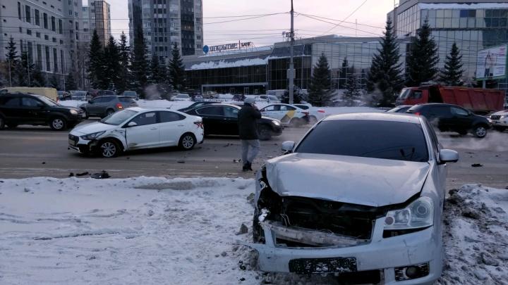 Авария на Кирова: «Ниссан» вынесло на тротуар недалеко от станции метро «Октябрьская»