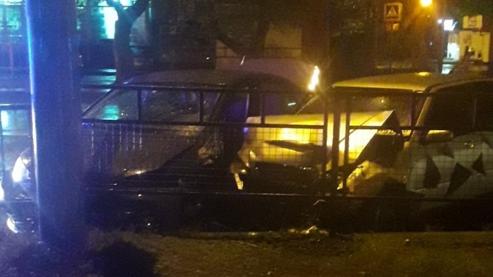 «Встретились два одиночества»: в Волгограде столкнулись две иномарки, не поделив парковочный карман