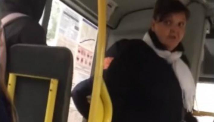 «Малолеток надо ставить на место»: реакция соцсетей на драку пассажирок в маршрутке