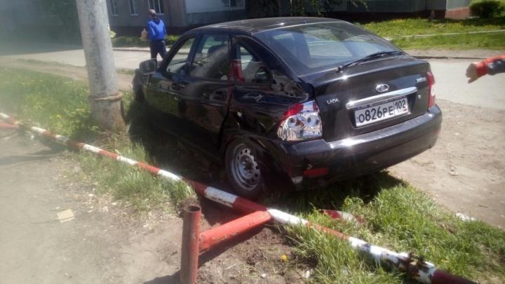 Обкатали машину: в Уфе водитель новой «Лады-Приоры» снёс забор и врезался в «Газель»