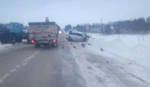На трассе в Прикамье иномарка влетела в остановившийся трактор: пострадал водитель легковушки